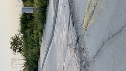 Poškodený betónový spomaľovač